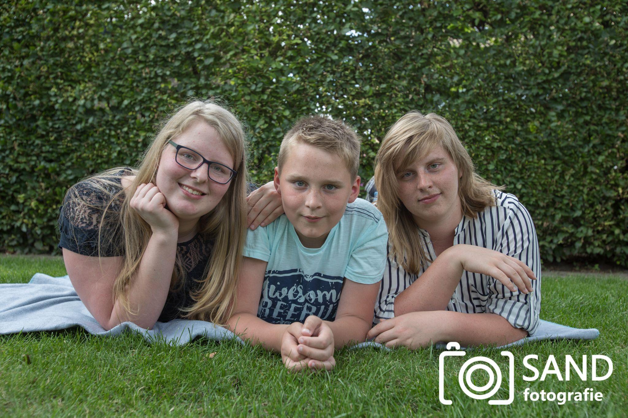 Broer en zussen op de foto Sand Fotografie