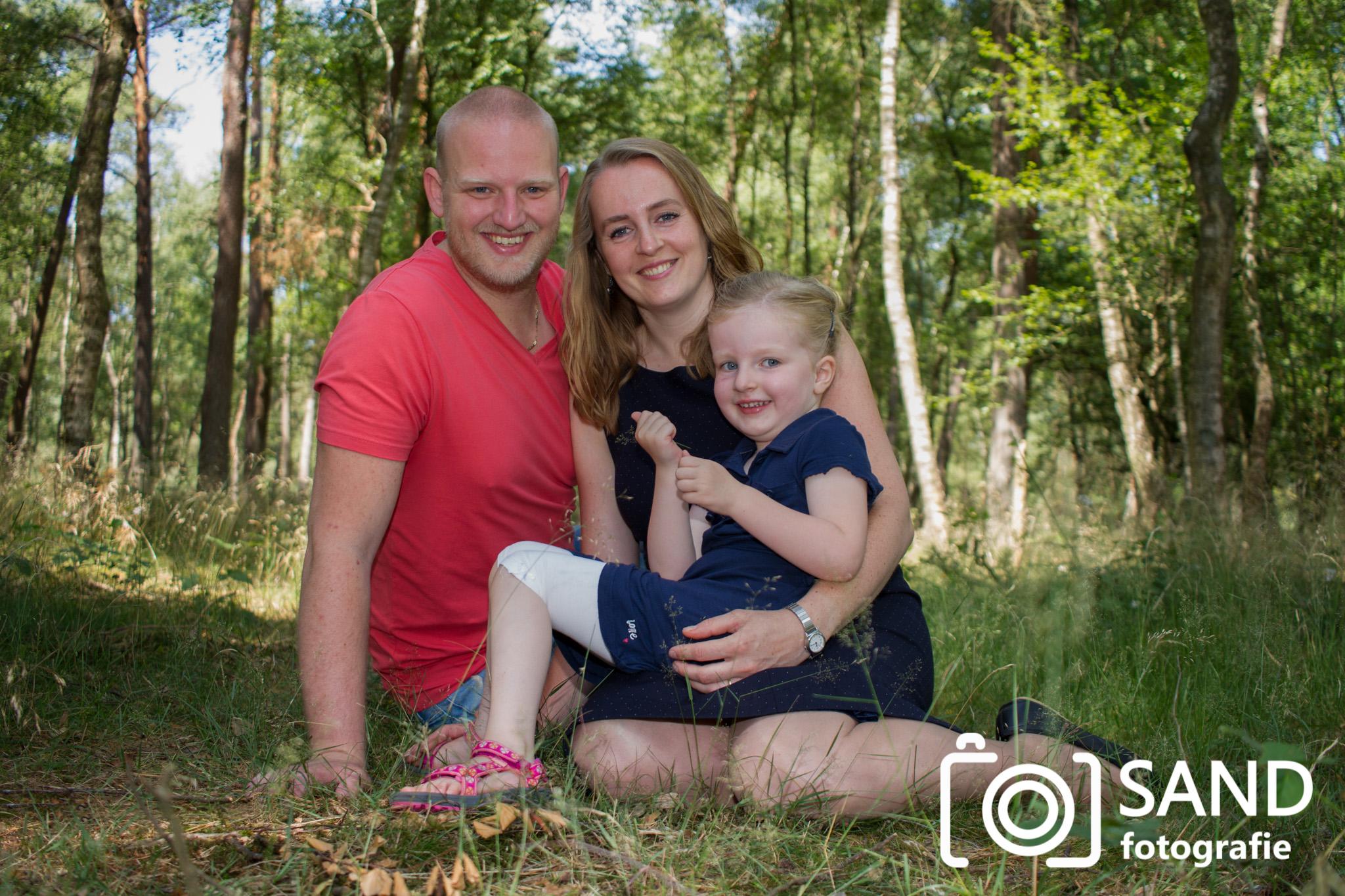 Familieportret gemaakt in het bos door Sand Fotografie